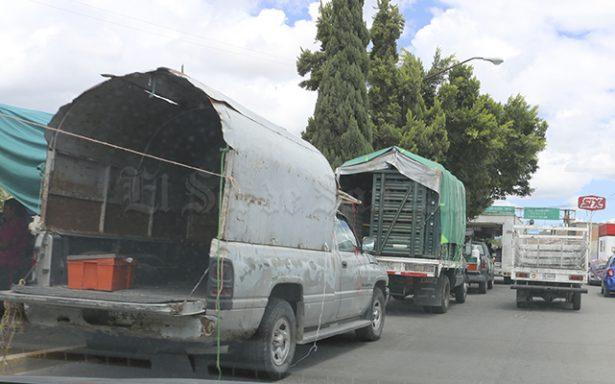 Colocan engomados a los tianguistas en sus transportes