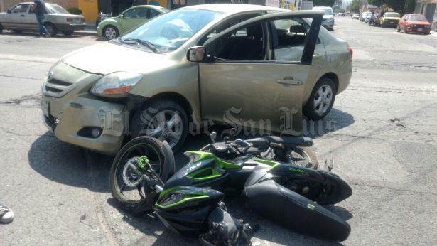 Chocan un auto y una motocicleta, un lesionado