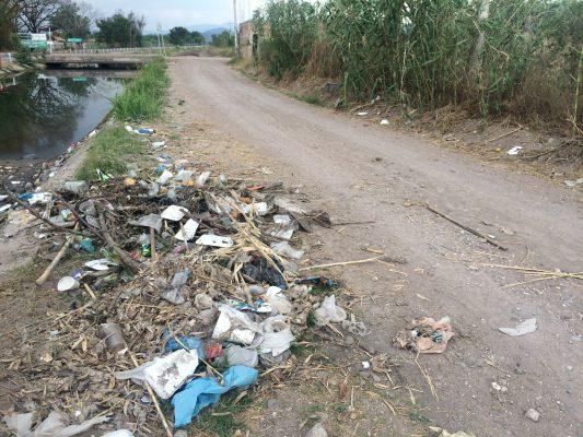 Persiste tiradero de basura en canales de riego