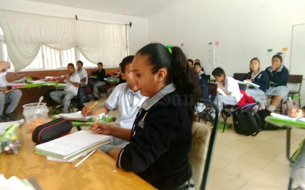 Estudian en  sillas de comedor en Las Higueras