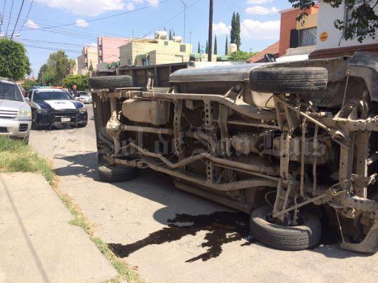Choca y vuelca camión panadero en Anáhuac