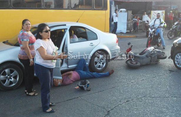 Un herido, en choque de moto y automóvil en Himno Nacional