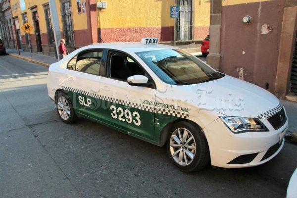 Chocan dos autos en la calle de Morelos