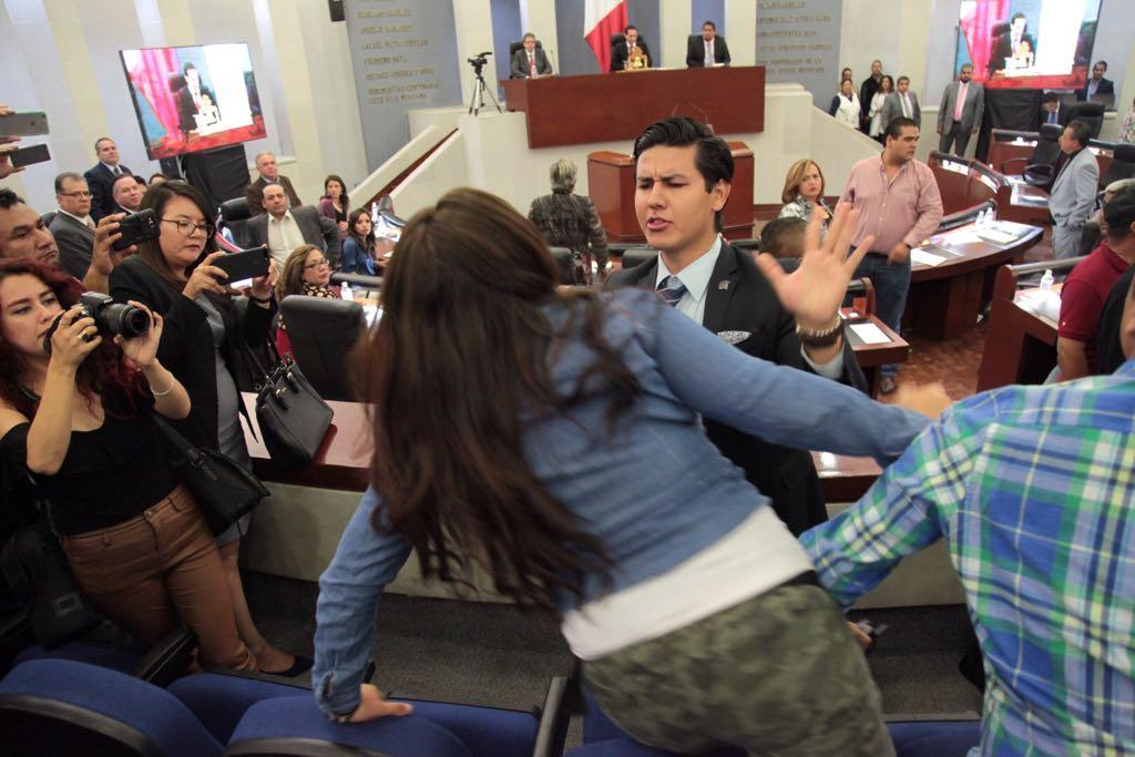 empujones y gritos en el congreso del estado 3