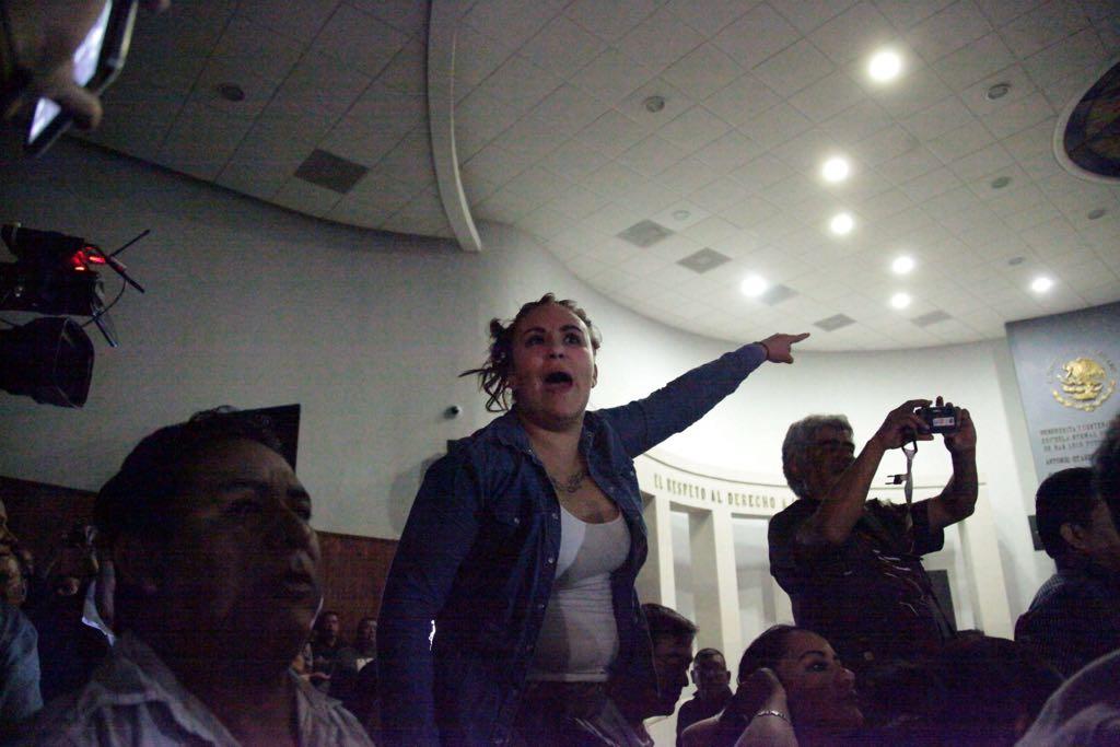 empujones y gritos en el congreso del estado 4