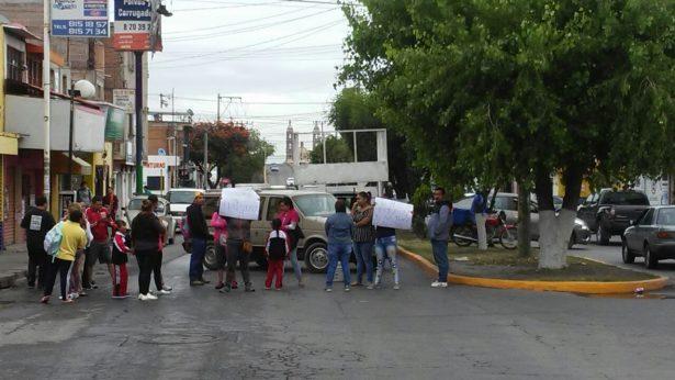 Padres de familia bloquean calle para pedir un maestro
