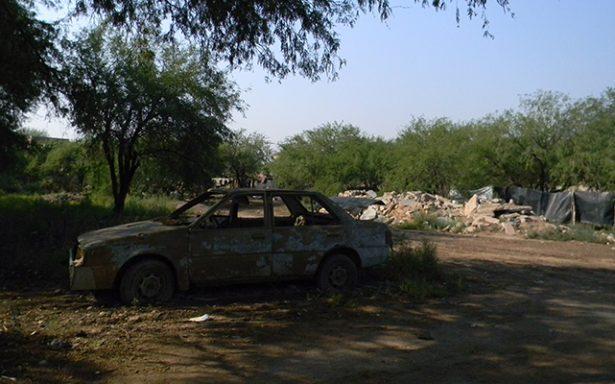 Retiran vehículos abandonados de la vía pública