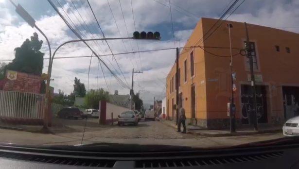 Cables caídos ponen en riesgo a peatones en el cruce de Anáhuac y Nicolás Zapata