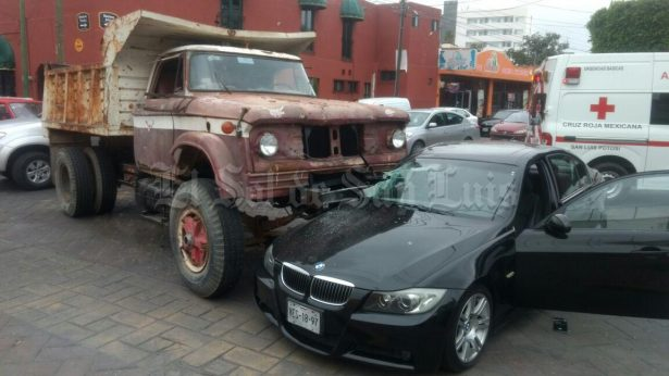 Camión de volteo impacta contra automóvil en Mariano Arista