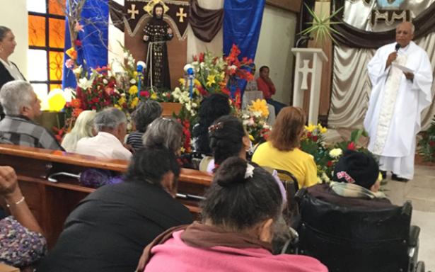 Oficia el Padre Toño Misa para pedir por la salud de los enfermos