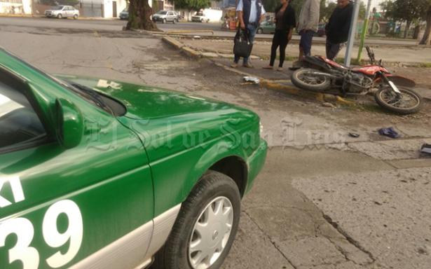 Motociclista es impactado por taxi en Hernán Cortés