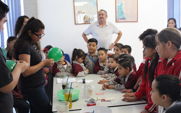Niños experimentan en semana de la Ciencia