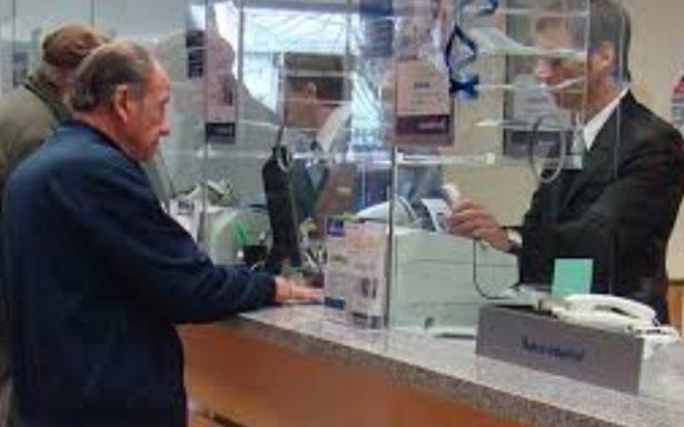 Pensionado denuncia maltrato en un Banco
