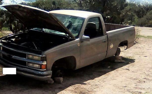 Localizan camioneta abandonada en Avenida Bosques