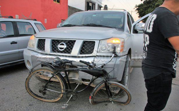 Camioneta impacta a ciclista en la colonia San Felipe