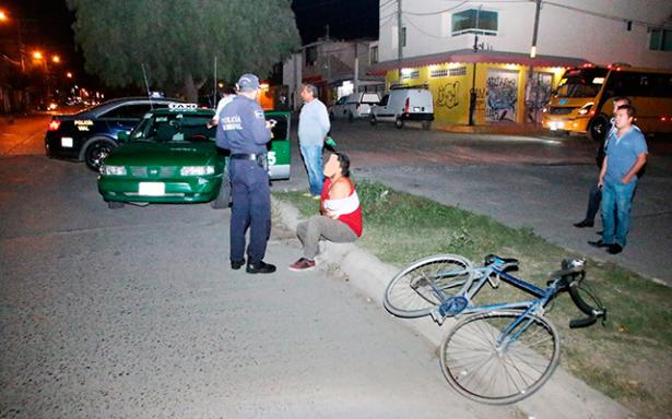Taxista atropella a ciclista en Lomas de Satélite
