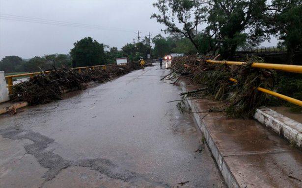 Sin reparaciones,  la carretera Tampamolon-Axtla continua dañada