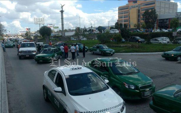 Ruleteros impiden arresto de compañero que insultó a policías