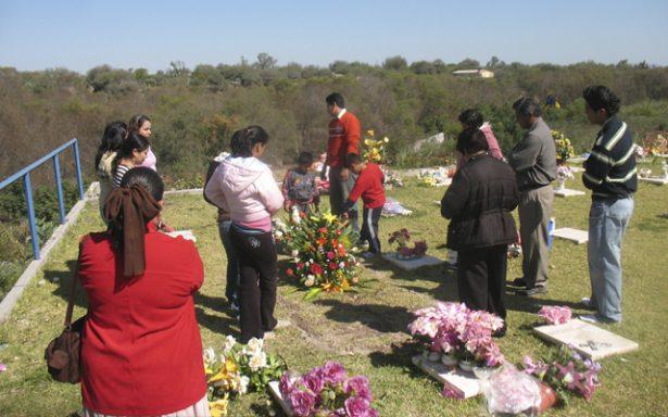 Velarán a los difuntos en el panteón de Ciudad Fernández