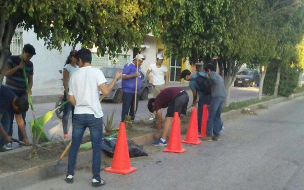 Estudiantes se únen a campaña de limpieza en avenidas y camellones