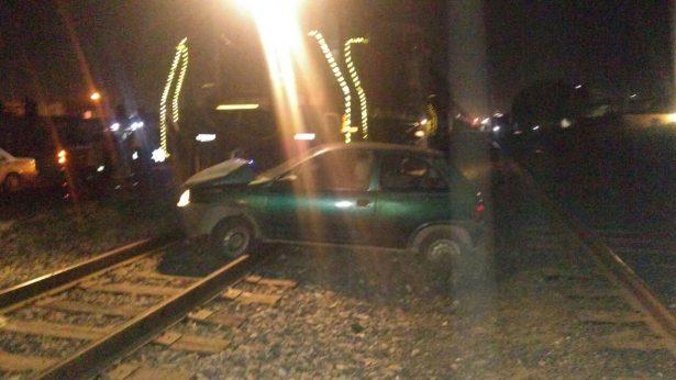 """Tren """"se lleva"""" un Chevy en colonia del Llano"""