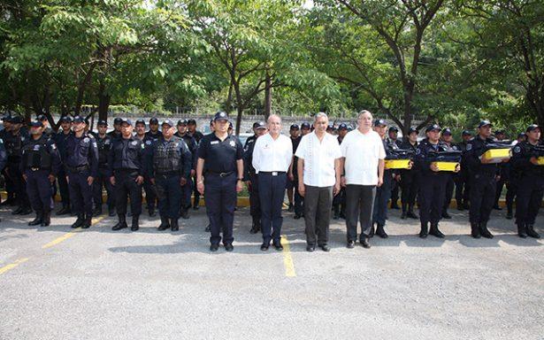 Entrega JM Carreras uniformes a policías estatales