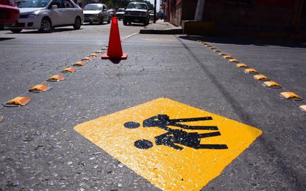 Instalan reflejantes y arreglan  topes en las calles transitadas