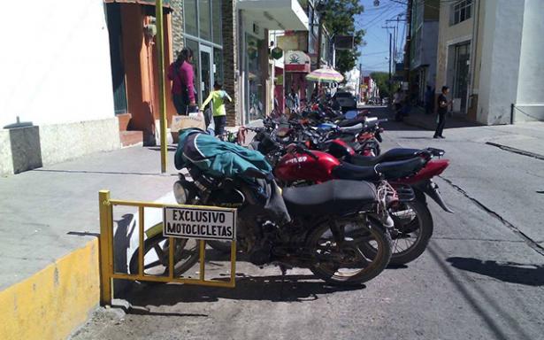 Malestar de automovilistas por barandales que separan estacionamientos de motocicletas