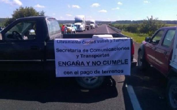 Bloquean una vez mas libramiento Valles-Tamuín por falta de pago