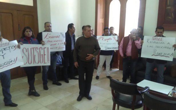#EnVideo Integrantes del SUTSGE exigen nivelación salarial