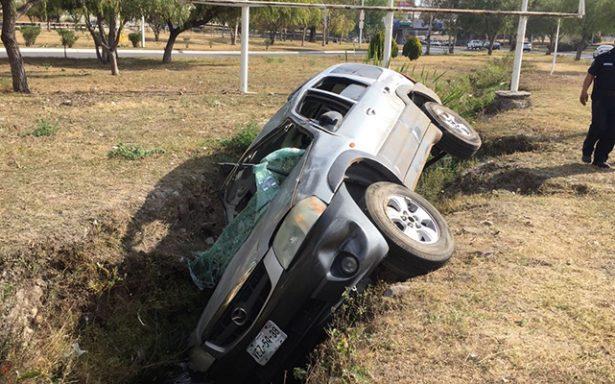 Exceso de velocidad provocó volcadura en Río Santiago