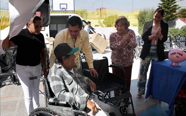 Entrega el SMDIF sillas de ruedas y artículos ortopédicos