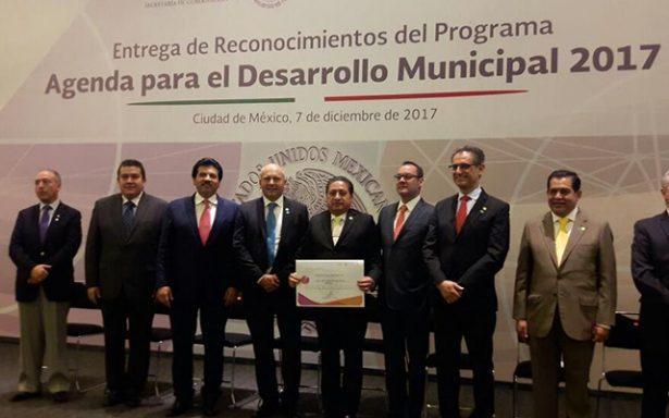 Recibe GHV reconocimiento de manos del Subsecretario de Gobernación, René Juárez Cisneros