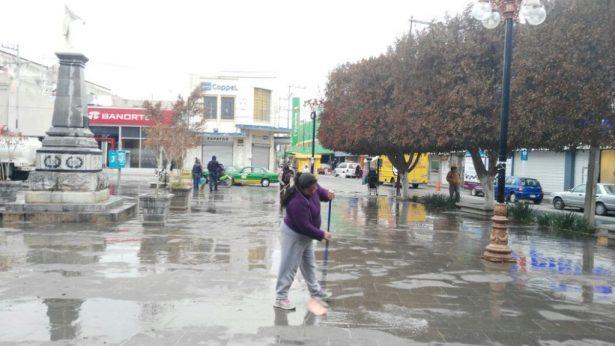 Ambulantes realizaron jornada de limpieza en la Plaza Juárez