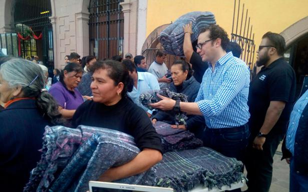 Xavier Nava en su faceta de populista regala cobijas en Escalerillas