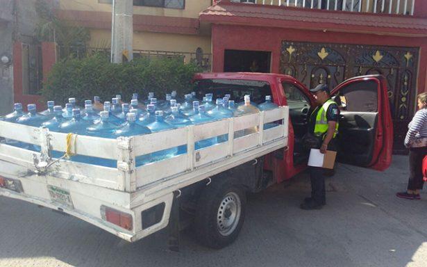 Camioneta cargada de garrafones de agua purificada se estampa contra casa