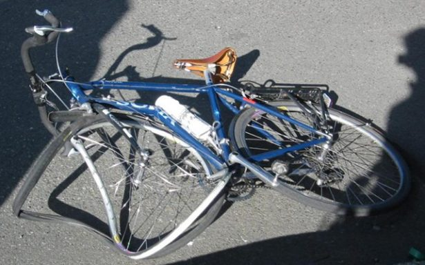 Tráiler mata a ciclista