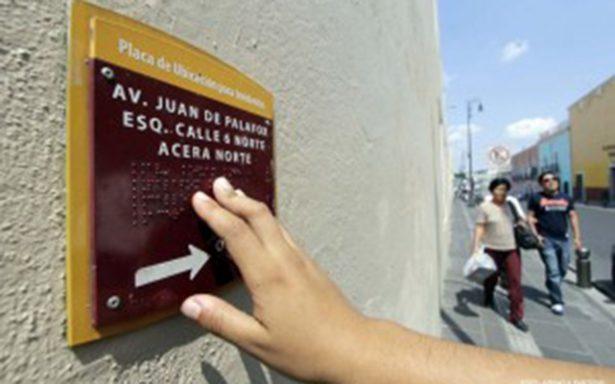 Podría ser obligatoria o instalar nomenclaturas de calles y señales de tránsito en braille