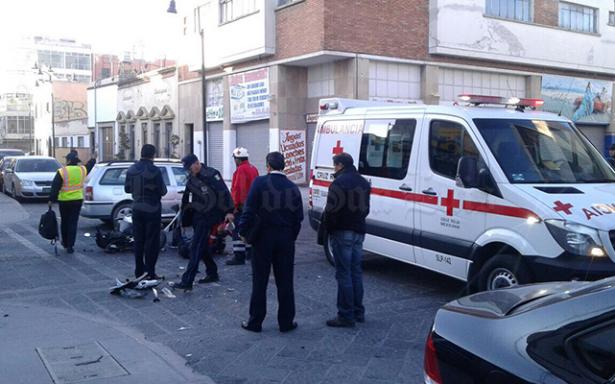 Se impacta motociclista contra camioneta en Álvaro Obregón