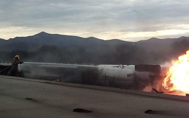[Galería 📷] Explota pipa de gas en libramiento de Matehuala