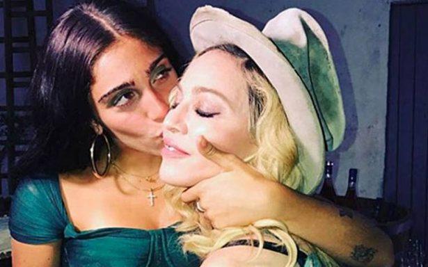 Critican a hija de Madonna por no depilarse las axilas