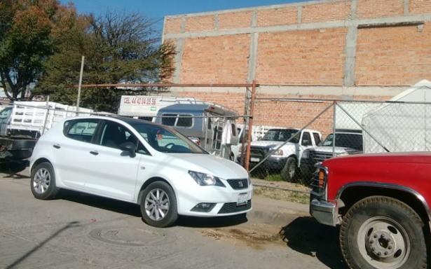 Vecino usa vía pública como taller mecánico