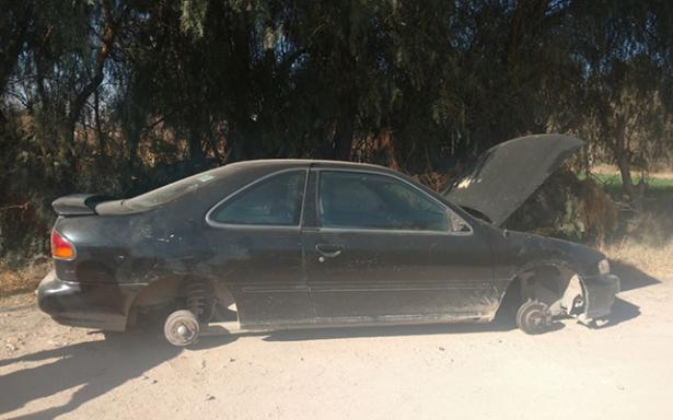 Sin llantas y casi sin motor, abandonan auto robado