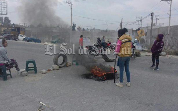 Bloquean vialidad en protesta contra H. Del Niño y la Mujer