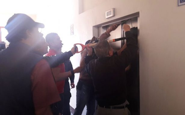 Trabajadores atrapados en elevador del Congreso