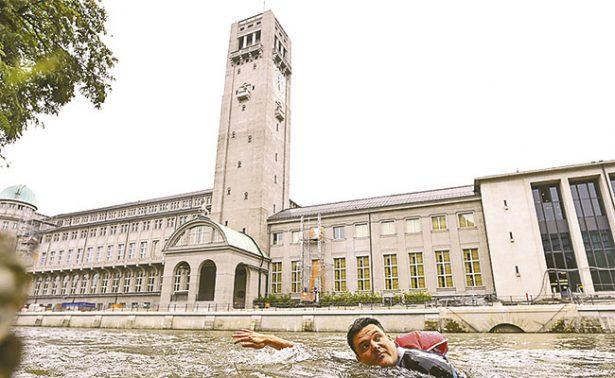 Harto del tráfico de la ciudad decidió ir a su trabajo… ¡nadando!