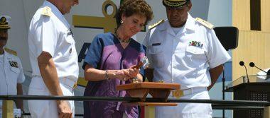 Amadrina secretaria de Cultura botadura de buque