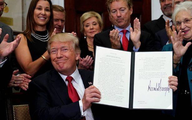 Arremete Trump nuevamente contra el Obamacare y lo debilita