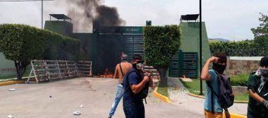 Normalistas de Ayotzinapa lanzan petardos y bombas molotov al Batallón de Iguala