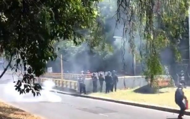 Manifestantes por los 43 de Ayotzinapa se enfrentan a policías cerca de Los Pinos